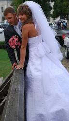 Продам біле весільне плаття,  прикрашене по всій довжині перлинками